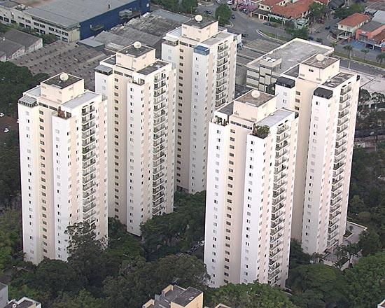 Resolvendo o problema de moradia: Só neste conjunto na zona sul de Sao Paulo, Hussain Aref Saab tem 10 apartamentos...