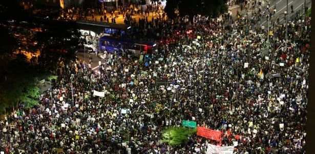 17jun2013---manifestantes-chegam-ao-cruzamentos-das-avenidas-faria-lima-e-reboucas-em-pinheiros-zona-oeste-de-sao-paulo-no-5-protesto-contra-o-aumento-das-tarifas-do-transporte-coletivo-1371505262094_615x300